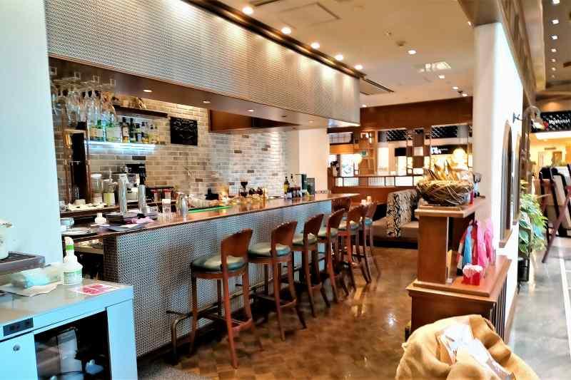 カフェ&バー ウミノ の店内
