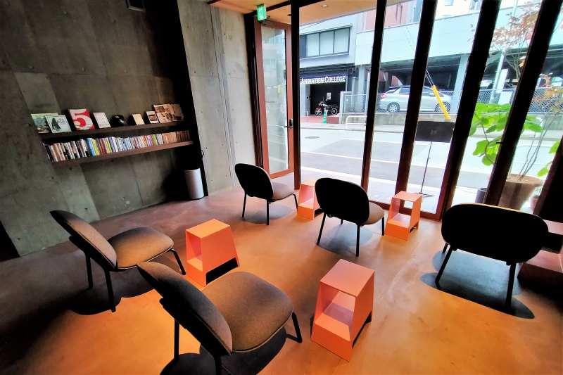 BUNSHODO HOTEL 1階のカフェ