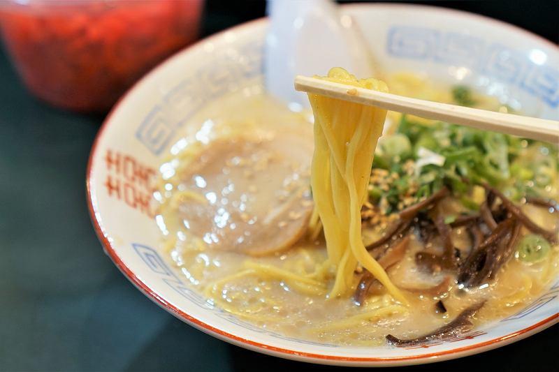 博多ラーメンの麺を箸で持ち上げている様子