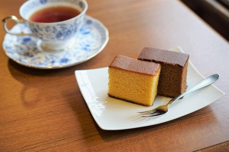 紅茶とカステラがテーブルに置かれている