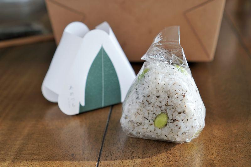 あめつち by 35stockのおにぎり「函館ガゴメ昆布と中札内産枝豆」がテーブルに置かれている