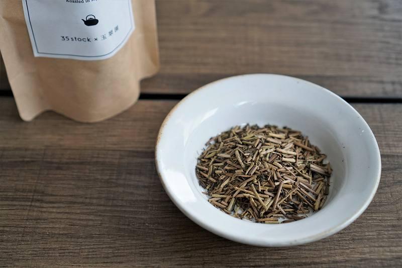 「一番茶茎ほうじ茶」をお皿に出したものが、テーブルに置かれている