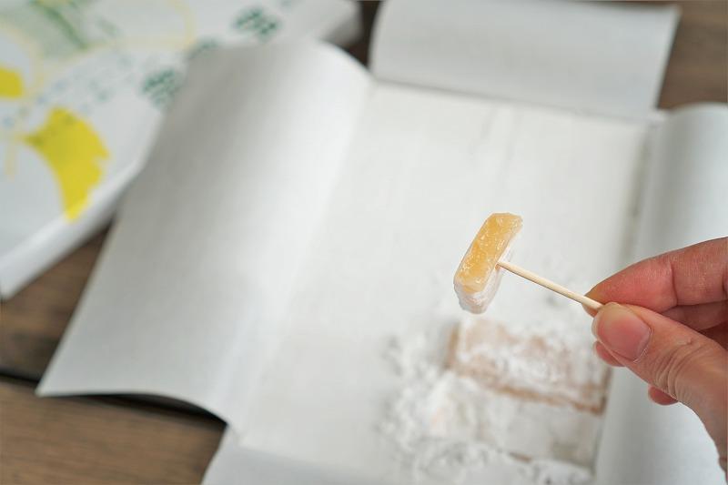 朝鮮飴を爪楊枝で刺し、一口食べた断面の様子
