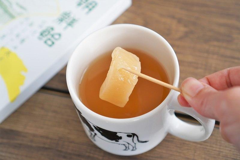 マグカップに入っているお茶に朝鮮飴をひたした直後の様子