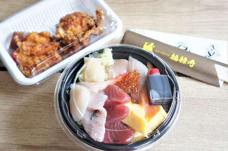 「海鮮丼」と「布袋式ザンギ 2個」がテーブルに置かれている