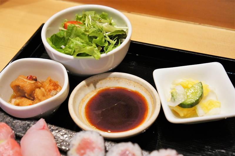 サラダに小鉢、香の物などがトレイに置かれている
