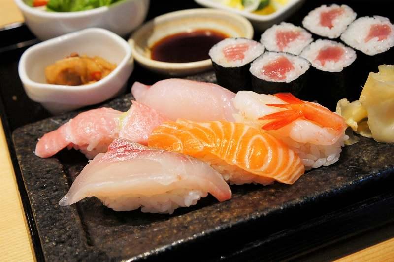 トロやサーモンなどの握り寿司がお皿にのせられている