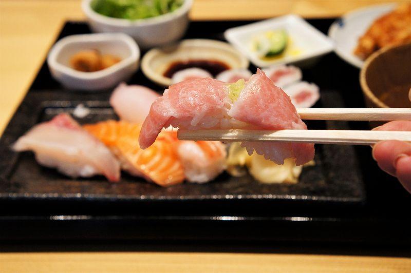 中トロのお寿司を箸で持ち上げている様子