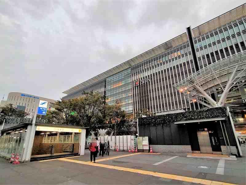 近代的な外観の福岡県の博多駅とバスターミナル