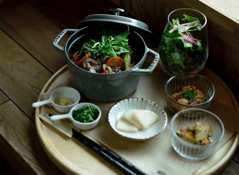 35stockの雑炊やサラダなどがテーブルに置かれている