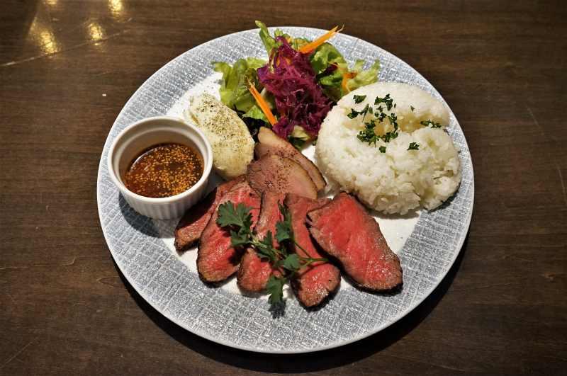 ビストロサンクシーの十勝彩美牛ランプステーキのビストロランチプレートがテーブルに置かれている