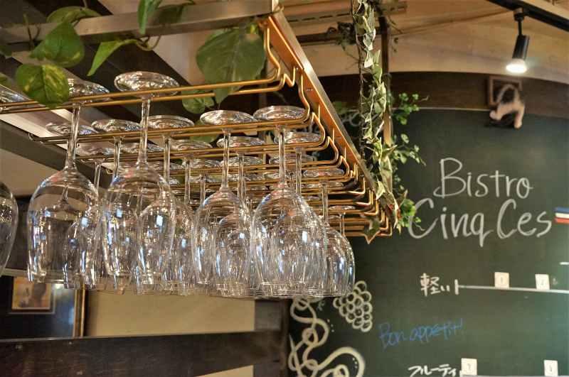 たくさんのワイングラスが吊り下げられている「Bistro CinqCes(ビストロサンクシー)」の内観