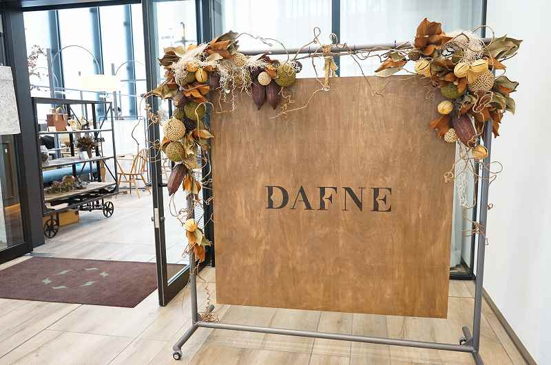 レストラン DAFNE(ダフネ)の店名看板が床に置かれている