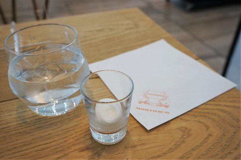 水とおしぼり、MORIHICO.のマスクケースがテーブルに置かれている