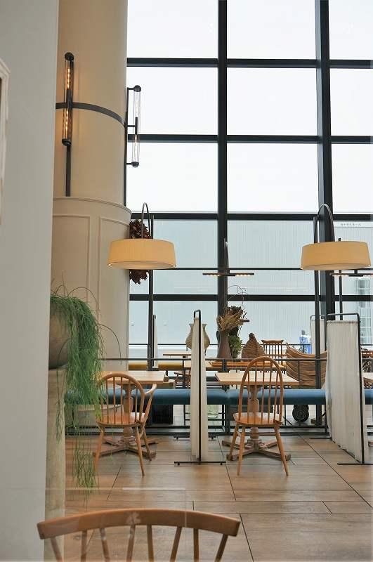 天井が高くて窓が大きい「レストラン DAFNE(ダフネ)」の内観