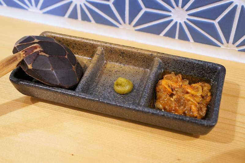 「大分の柚子胡椒」と「自家製エビ辣油」がテーブルに置かれている