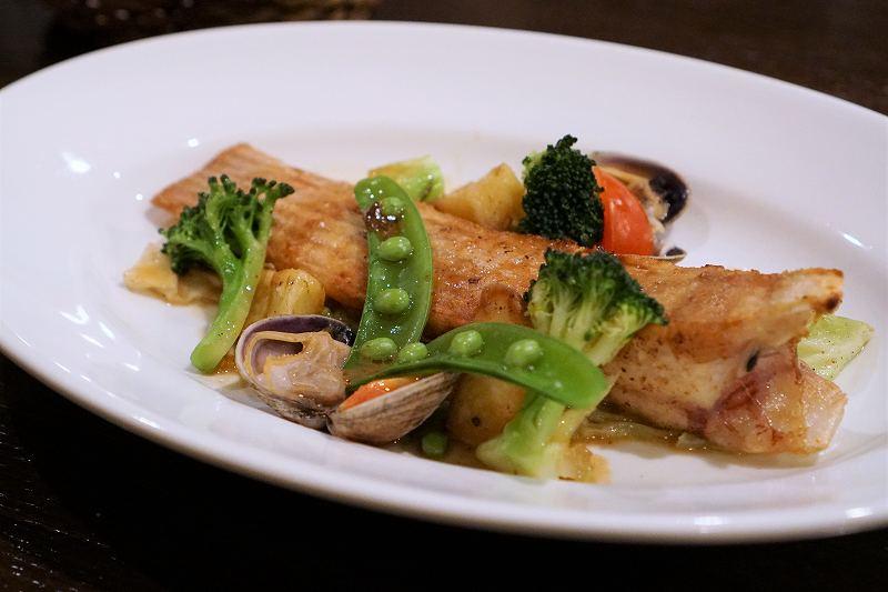 カスベのポワレや野菜が盛られたお皿が、テーブルに置かれている