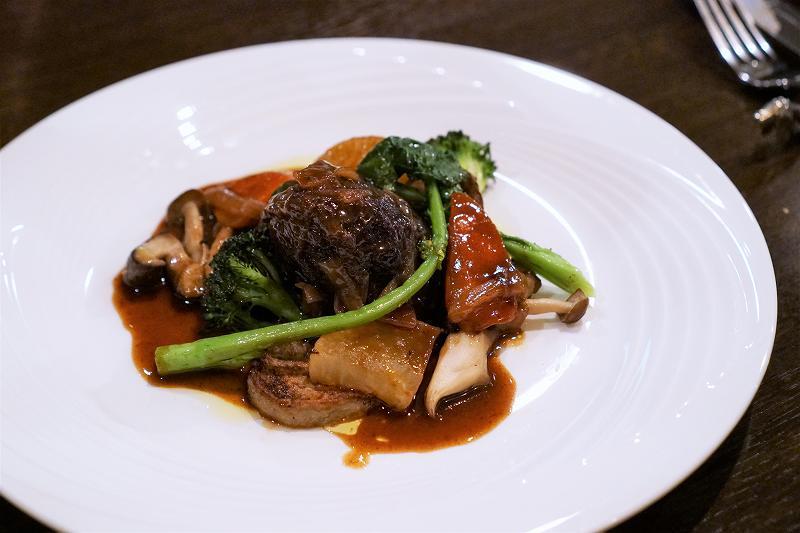 牛ほほ肉の赤ワイン煮込みがテーブルに置かれている
