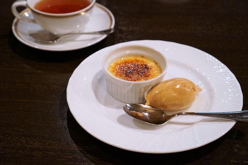 クレームブリュレ、ジェラート、紅茶がテーブルに置かれている