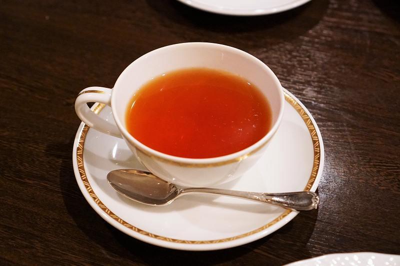 紅茶がテーブルに置かれている