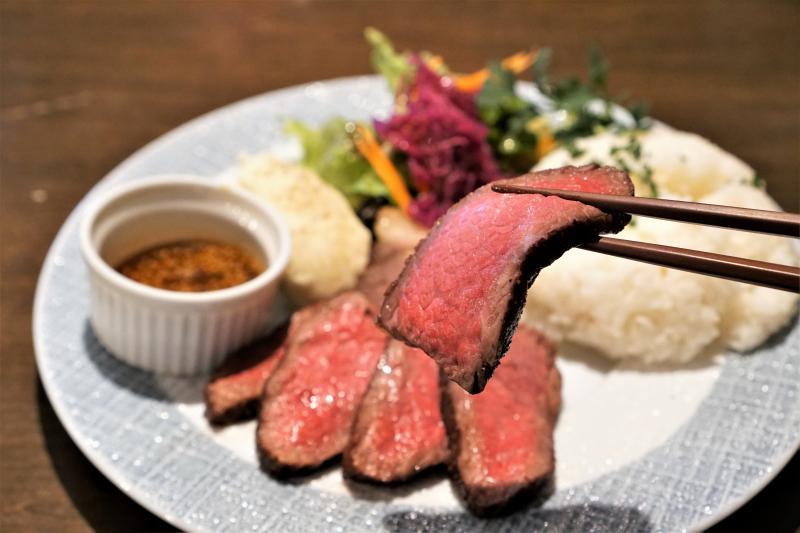 十勝彩美牛ランプステーキを箸で持ち上げている様子