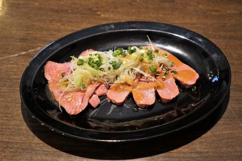 牛タン刺しと豊西牛レバー刺しがテーブルに置かれている