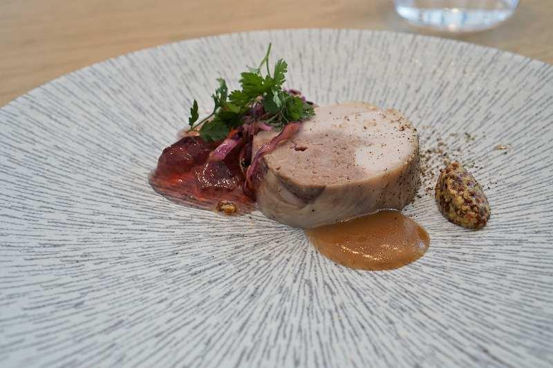 鶏もも肉のバロティーヌや粒マスタードなどがプレートに盛り付けられている