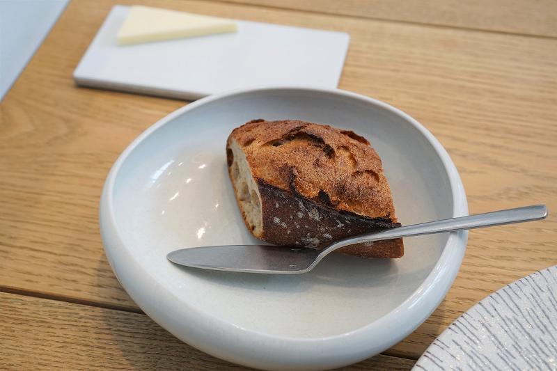 北海道産発酵バターとフランスパンがテーブルに置かれている