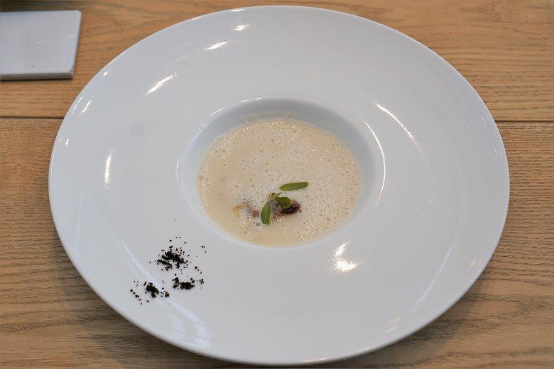 玉ねぎと林檎のスープがテーブルに置かれている