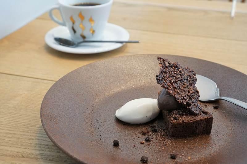 カカオ70%ガトーショコラとコーヒーがテーブルに置かれている