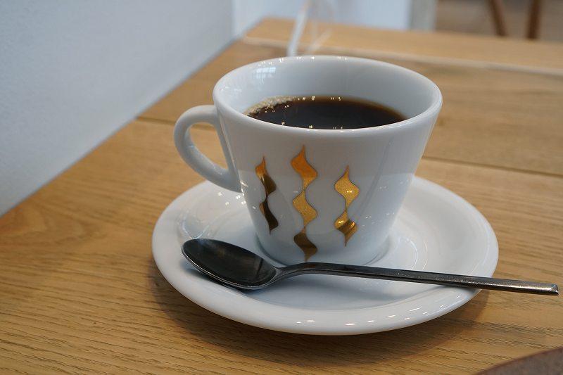 ホットコーヒーがテーブルに置かれている