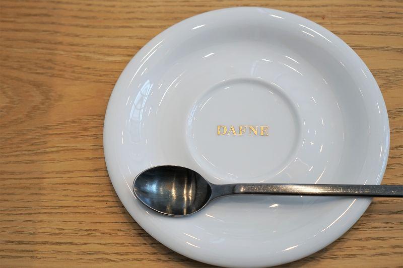 DAFNE(ダフネ)のロゴが入ったプレートがテーブルに置かれている