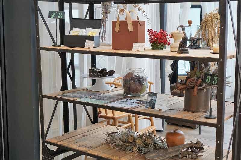 木の棚に植物などがディスプレイされている「レストラン DAFNE(ダフネ)」の内観