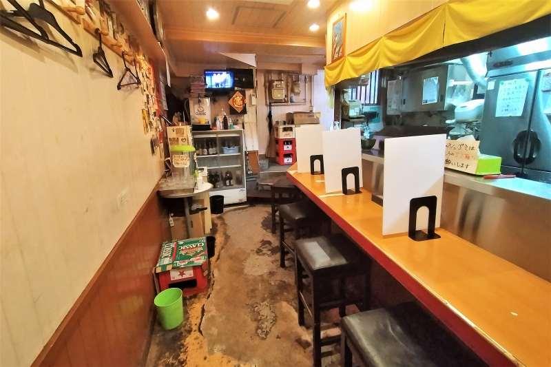 カウンター席が並ぶ「麺屋すずらん」の内観