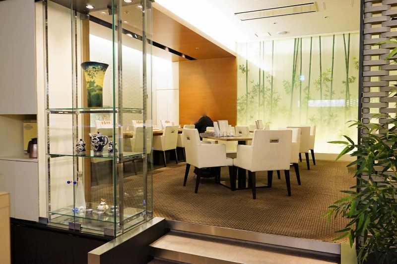 白を基調とした高級感のある「函館うにむらかみ札幌店」の内観