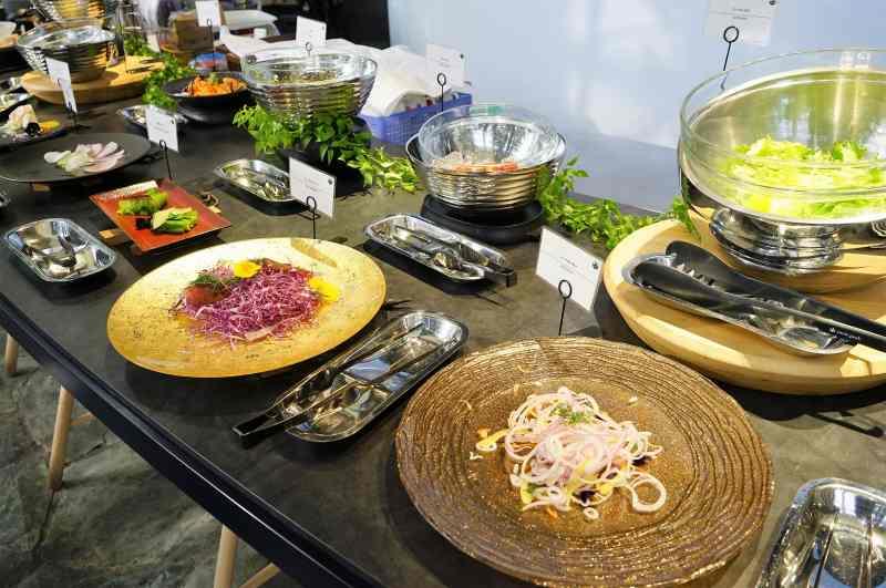 色々な野菜のおかずがカウンターテーブルに置かれている