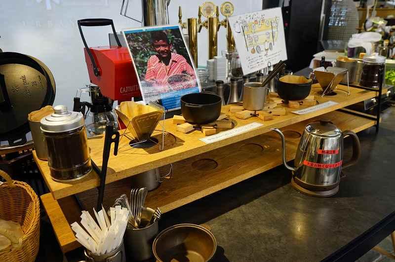 黒いカウンターに木の台やコーヒードリップの一式が置かれている