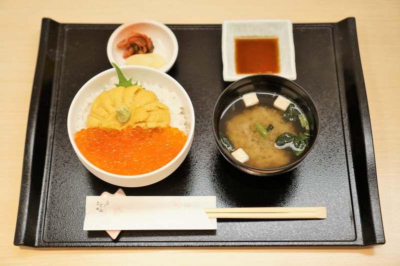 生うにいくら丼(レギュラーサイズ)や味噌汁がテーブルに置かれている