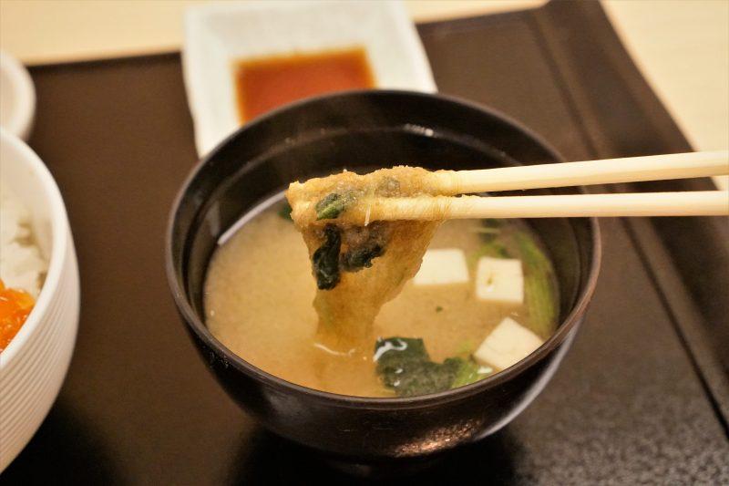味噌汁のとろろ昆布を箸で持ち上げている様子