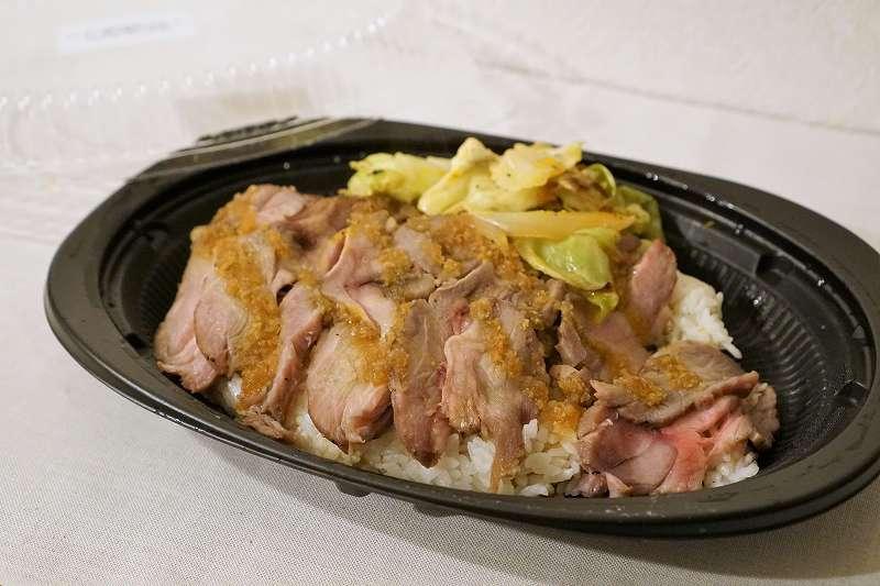 「仔羊肩肉のジンギス丼」がテーブルに置かれている