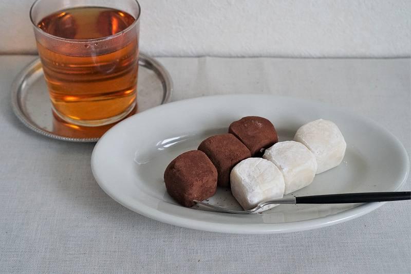 おもっちーずのしょこらとプレーン、お茶がテーブルに置かれている