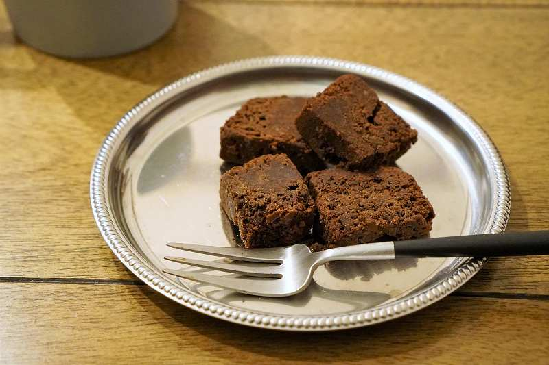 生チョコ風ガトーショコラがテーブルに置かれている