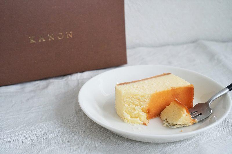 KANONのプレーンチーズケーキとその箱がテーブルに置かれている