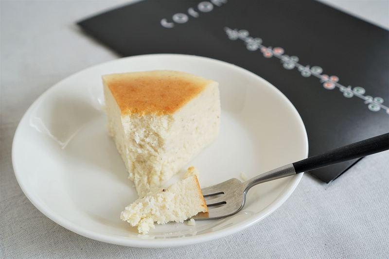 coronのカタログと北海道チーズケーキがテーブルに置かれている