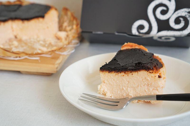 1人分の大きさにカットされたB-style Baked Cheese Cake(バスクチーズケーキ)がテーブルに置かれている