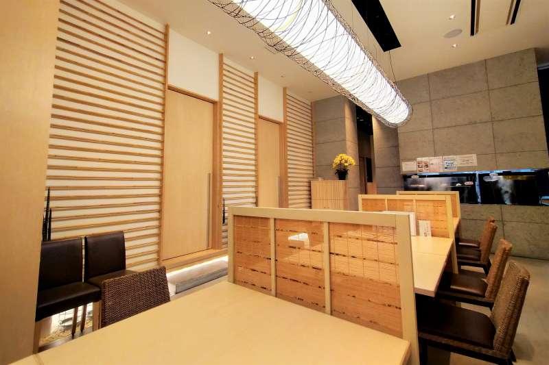 明るい木目と白を基調とした「函館うにむらかみ札幌店」の内観