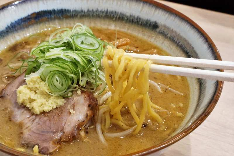 味噌ラーメンの麺を箸で持ち上げている様子