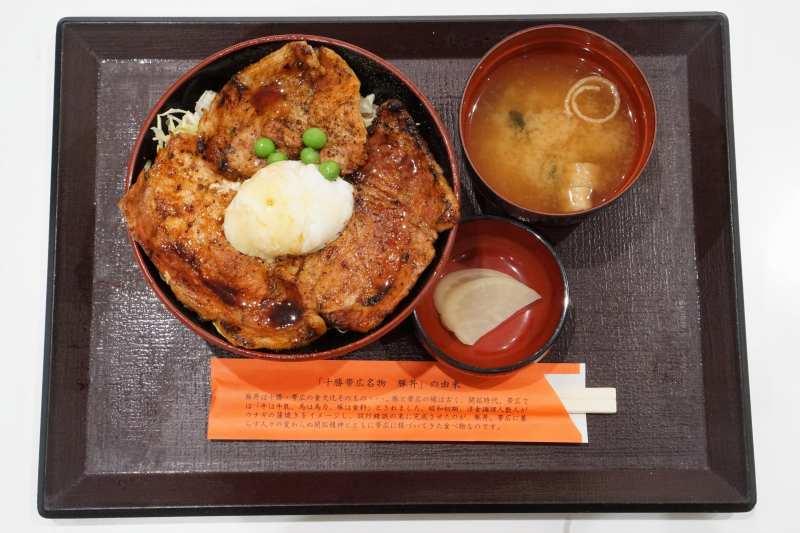 豚丼のぶたはげ 北広島店のキャベツ豚丼がテーブルに置かれている