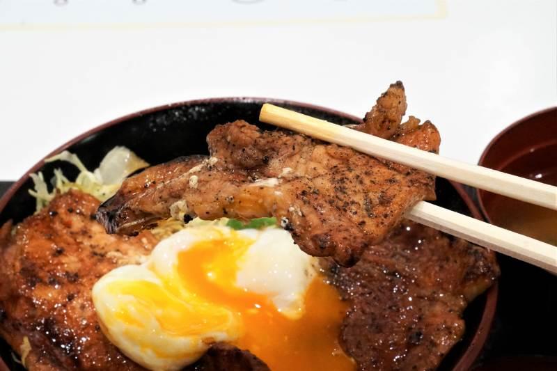 ぶたはげのキャベツ豚丼の豚肉を箸で持っている様子