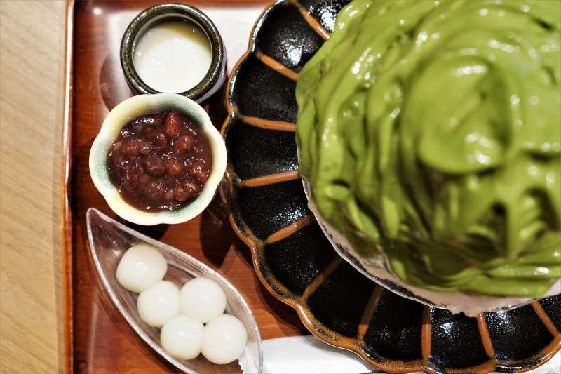 白玉、あずき、練乳と抹茶のかき氷がテーブルに置かれている